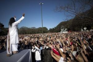 lider religioso logra motivar a miles de personas