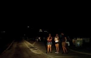 apagon en cuba por la calle malecon habana