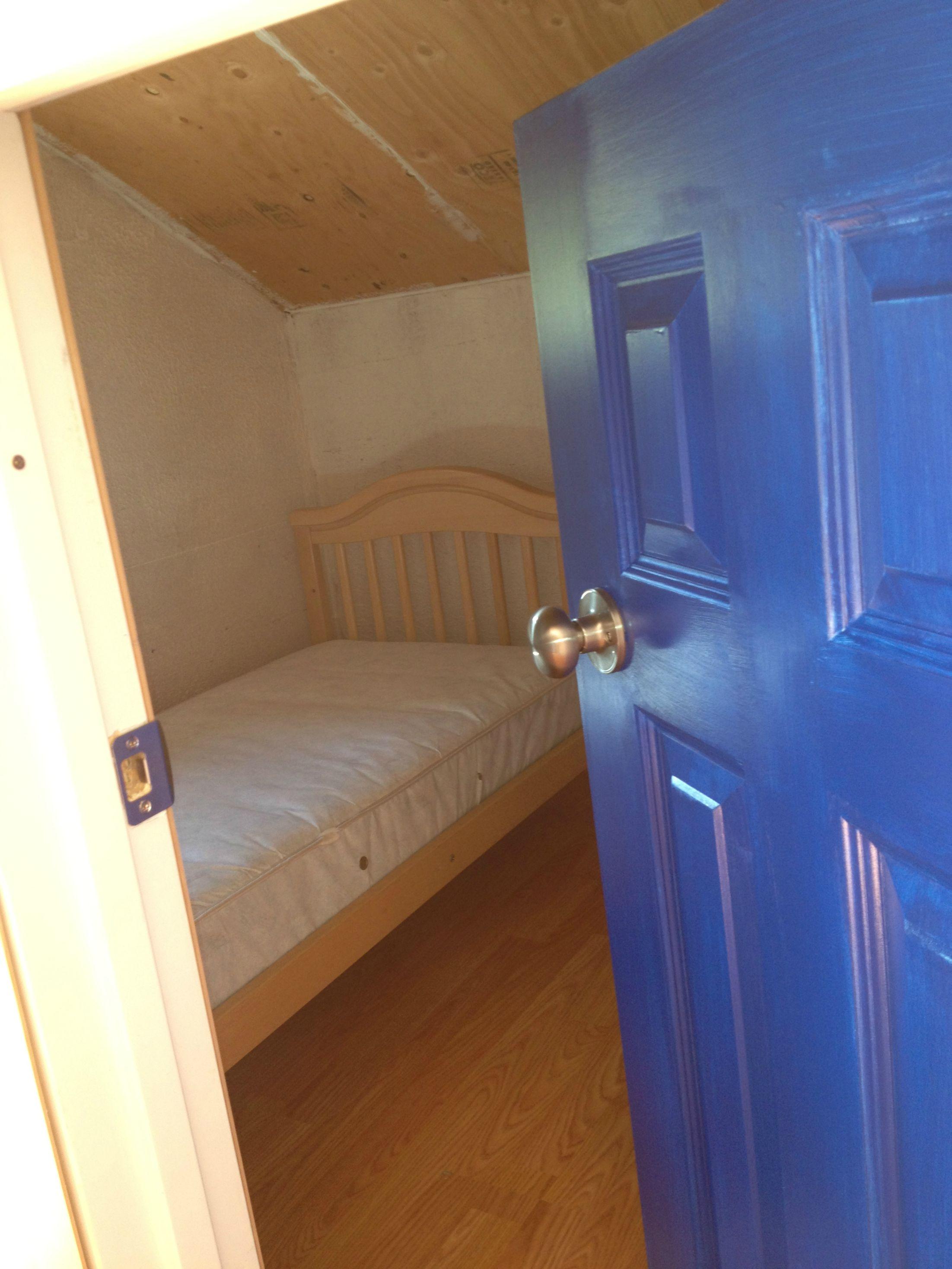 Una de las habitaciones con cama