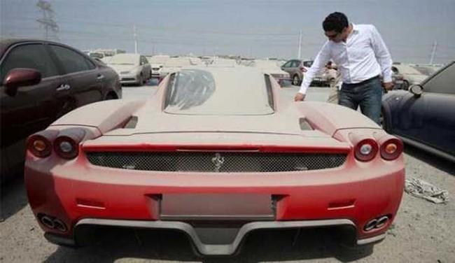 Todos los autos de lujo que vemos en los estacionamientos de Dubai fueron abandonados por sus dueños, que prefirieron escapar para no ir a prisión.