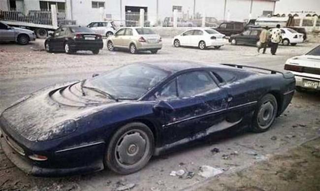 Al descubrir un auto abandonado, la policía lo anuncia y si el dueño no aparece en 15 dias el carro es embargado.